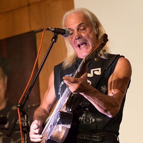 Ein Mann spielt Gitarre