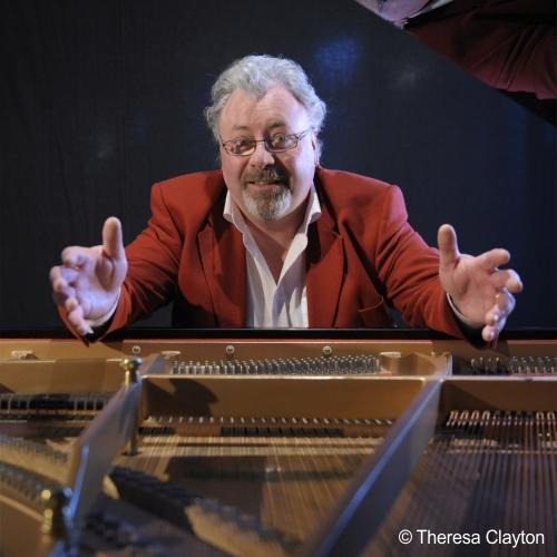 Ein Mann sitzt am Klavier